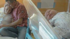 De vrouw na het geven van geboorte ligt in een medische wieg stock videobeelden