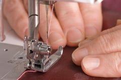 De vrouw naait op de naaimachine Stock Fotografie