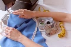 De vrouw naait op de naaimachine het werkconceptie Stock Fotografie