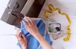 De vrouw naait op de naaimachine het werkconceptie Royalty-vrije Stock Afbeeldingen
