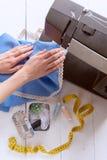 De vrouw naait op de naaimachine het werkconceptie Stock Foto's