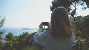 De vrouw neemt beelden stock video