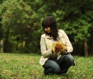 De vrouw neemt bladeren op Stock Afbeelding