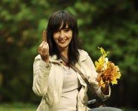 De vrouw neemt bladeren op Stock Foto's
