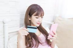 De vrouw neemt creditcard Stock Foto's