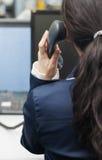De vrouw neemt de hoofdtelefoon van telefoon op Royalty-vrije Stock Foto