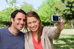 De vrouw neemt een beeld van haar vriend en zelf met een camera Stock Afbeelding