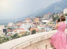 De vrouw neemt een beeld Weergeven van Kruja-kasteel in een mooie de zomerdag, Albanië royalty-vrije stock foto