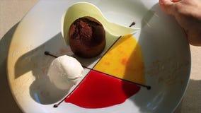 De vrouw neemt een plaat van dessert op scène Het mooie dienen van modieuze desserts stock footage