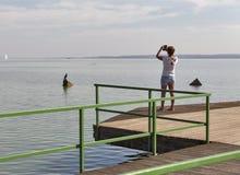 De vrouw neemt foto op slimme telefoon Meer Balaton, Keszthely, Hongarije Stock Afbeeldingen