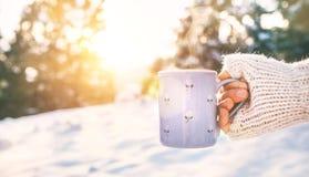 De vrouw neemt in hand kop van hete drank Mok dichte omhooggaande spruit stock fotografie