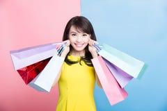 De vrouw neemt het winkelen zak royalty-vrije stock foto