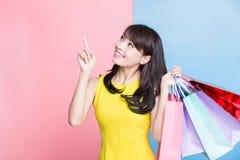 De vrouw neemt het winkelen zak royalty-vrije stock afbeeldingen