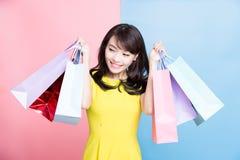 De vrouw neemt het winkelen zak royalty-vrije stock fotografie
