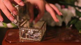 De vrouw neemt juwelen van de doos stock videobeelden