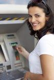 De vrouw neemt kaart in ATM op Royalty-vrije Stock Afbeelding