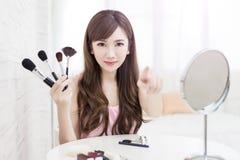 De vrouw neemt make-upborstel Royalty-vrije Stock Foto's