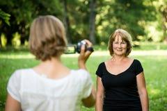 De vrouw neemt video van haar moeder Stock Afbeeldingen