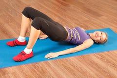 De vrouw oefent bij gymnastiek uit Royalty-vrije Stock Afbeelding