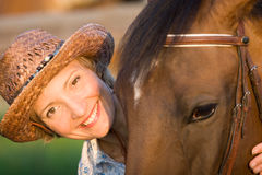 De vrouw omhelst bruin paard Royalty-vrije Stock Foto