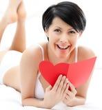 De vrouw in ondergoed overhandigt een prentbriefkaar Stock Afbeeldingen