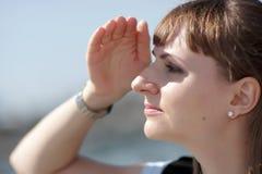 De vrouw onderzoekt afstand Stock Afbeelding
