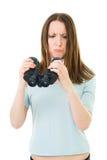 De vrouw onderzoekt hoe het binoculaire werk Stock Foto