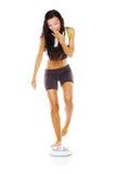 De vrouw is ontevreden met lichaamsgewicht Royalty-vrije Stock Afbeeldingen