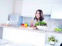 De vrouw ontspant in keuken Royalty-vrije Stock Afbeeldingen