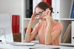 de vrouw ontvangt slecht nieuws op de telefoon Stock Foto's