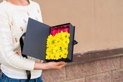 De vrouw ontving een zwarte giftdoos met zonnebloemen en heldere Frenc Royalty-vrije Stock Fotografie