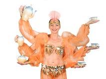 De vrouw in oosters kostuum draagt drank stock afbeeldingen