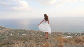 De vrouw op bergbovenkant geniet van overzeese mening, Kreta stock video