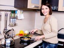 De vrouw is op de keuken voorbereidingen treft te eten royalty-vrije stock foto's