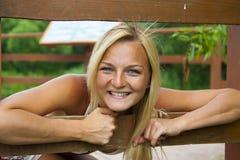 De vrouw op de pijler Royalty-vrije Stock Fotografie