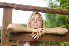 De vrouw op de pijler Stock Fotografie