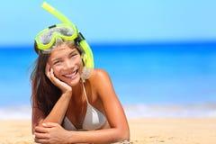 De vrouw op de vakantie van de strandvakantie met snorkelt royalty-vrije stock foto's