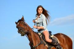 De vrouw op een paard tegen de hemel Royalty-vrije Stock Afbeeldingen