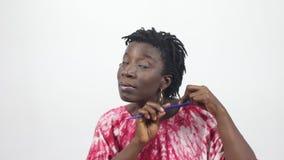 De vrouw op middelbare leeftijd ontkleedde haar haar stock video