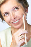 De vrouw op middelbare leeftijd zoekt ins Stock Foto