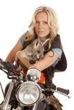 De vrouw op motorfiets kijkt ernstige kangoeroe royalty-vrije stock foto