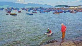 De vrouw op Overzeese Bank wacht op het Drijven Vlothulp leegmaakt weggaat stock footage
