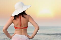 De vrouw op overzeese kust Stock Foto
