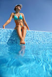 De vrouw is op rand van pool aanwezig Stock Foto's