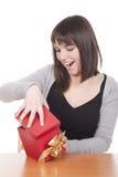 De vrouw opent een giftdoos stock fotografie