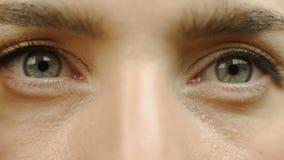 De vrouw opent haar ogen, wijfje die in camera, meisje het wekken van een droom staren stock footage