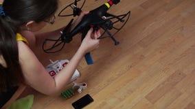 De vrouw opent het compartiment met batterij stock video