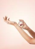 De vrouw overhandigt bespuitend parfum royalty-vrije stock foto