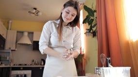 De vrouw overhandigt broodjes om ballen van broodje van deeg stock video