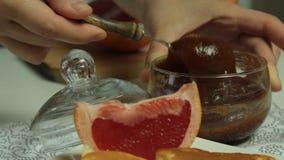 De vrouw overhandigt het Koken het dessertreeks van Soufflépannekoeken stock videobeelden